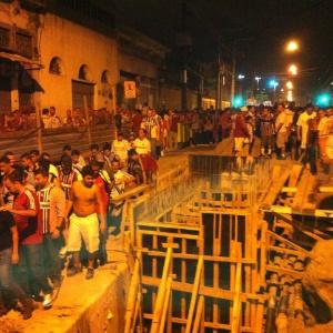 Torcedores do Fluminense caminham após jogo no Engenhão nesta quinta e têm que desviar da obra