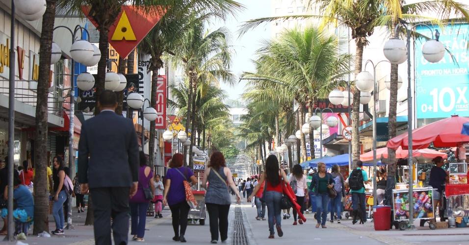 27.out.2012 - Movimentação normal no calçadão de Osasco, na região central da cidade, um dia após ameaças de toque de recolher assustarem os moradores e provocarem o fechamento do comércio