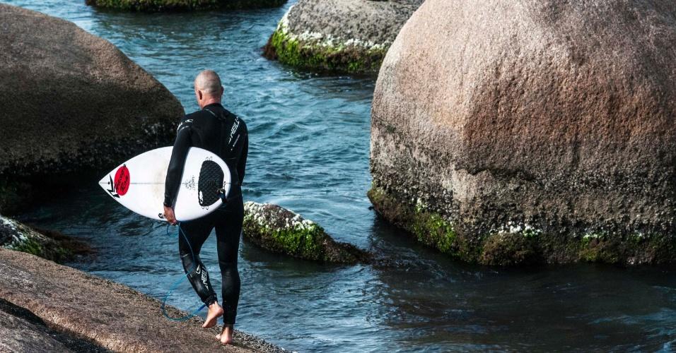27.out.2012 - Surfista aproveita dia de sol com poucas nuvens na Praia Mole, em Florianópolis