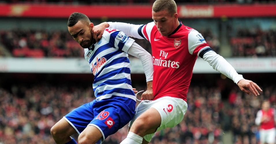Bosingwa (esq.), do QPR, disputa a bola com Lukas Podolski, atacante do Arsenal, em partida do Campeonato Inglês