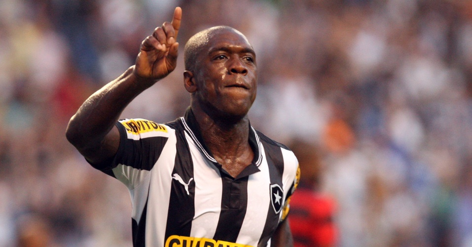 Holandês Seedorf comemora gol do Botafogo na partida contra o Atlético-GO, pelo Campeonato Brasileiro
