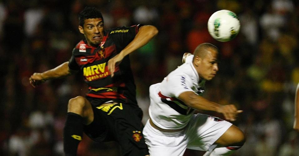 Luis Fabiano, do São Paulo, disputa bola pelo alto com a marcação do Sport, em jogo pela 33ª rodada do Brasileirão