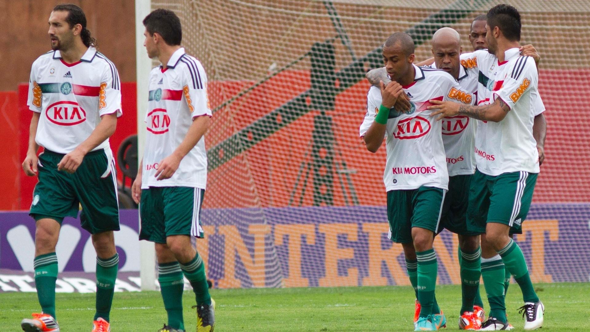 Marcos Assunção, do Palmeiras, é socorrido pelos colegas de equipe após levar uma bolada nas partes baixas