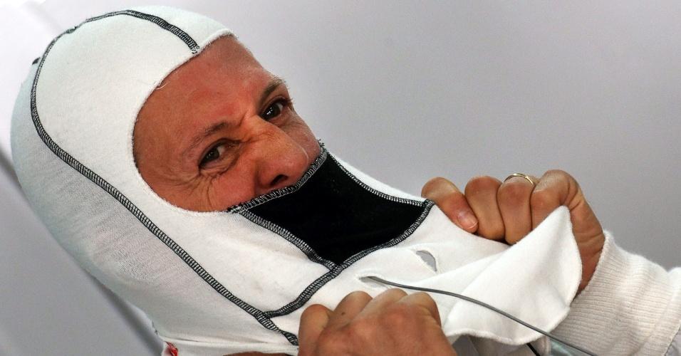 Michael Schumacher ajeita a balaclava da Mercedes antes de ir para a pista no treino do GP da Índia