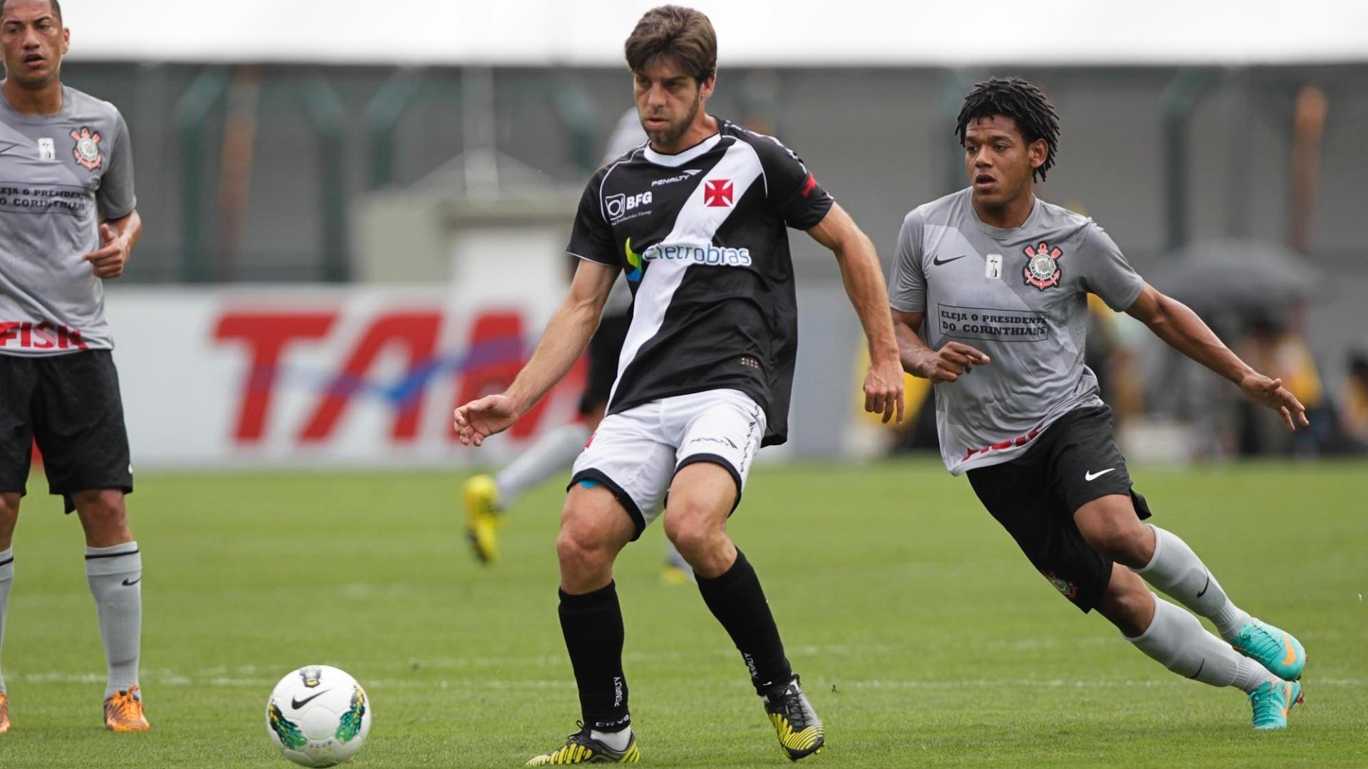 Observado por Romarinho, Juninho Pernambucano recebe a bola durante a partida entre Corinthians e Vasco, no Pacaembu