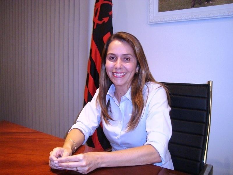 Patricia Amorim posa para foto após entrevista concedida ao UOL Esporte em seu gabinete