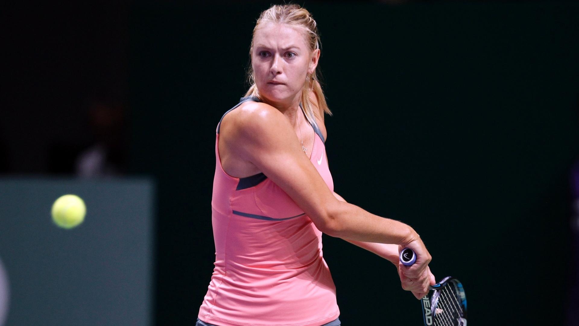 Russa Maria Sharapova olha fixamente para a bola na semifinal do Masters de Istambul