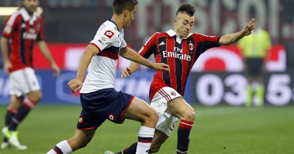 Stephan El Shaarawy (dir.), do Milan, tenta driblar Mario Sampirisi, do Genoa, em partida do Campeonato Italiano