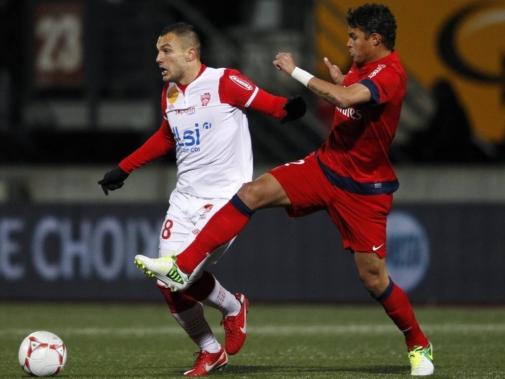 Thiago Silva, zagueiro da seleção brasileira e do PSG, tenta tirar a bola do atacante Yohan Mollo, do Nancy, pelo Campeonato Francês
