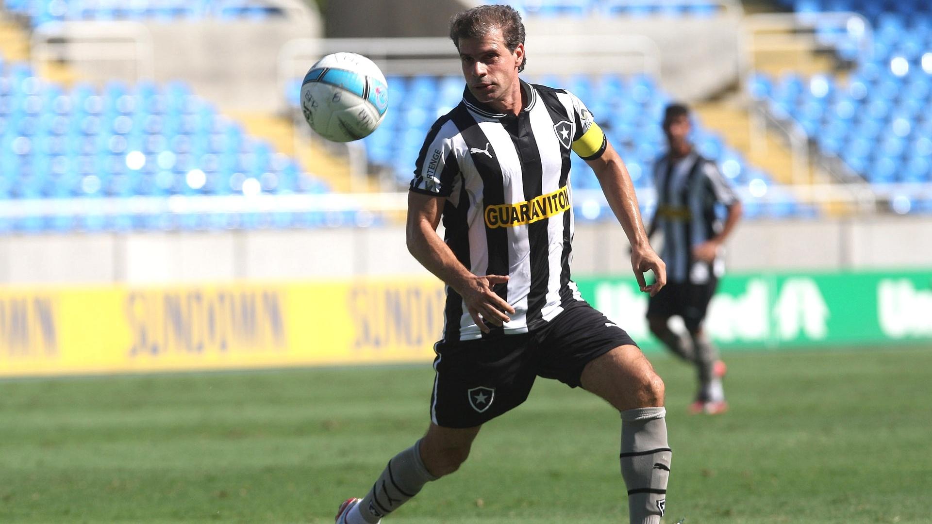 Túlio Maravilha, do Botafogo, tenta jogada em partida contra o Boavista, pelo projeto