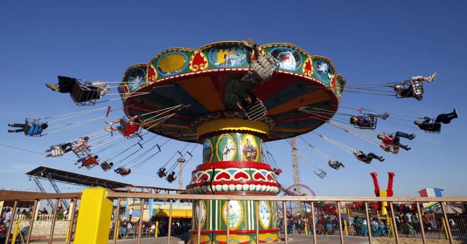 28.out.2012 - Crianças palestinas se divertem em parque de diversões em Gaza, durante celebração do feriado muçulmano Eid al-Adha