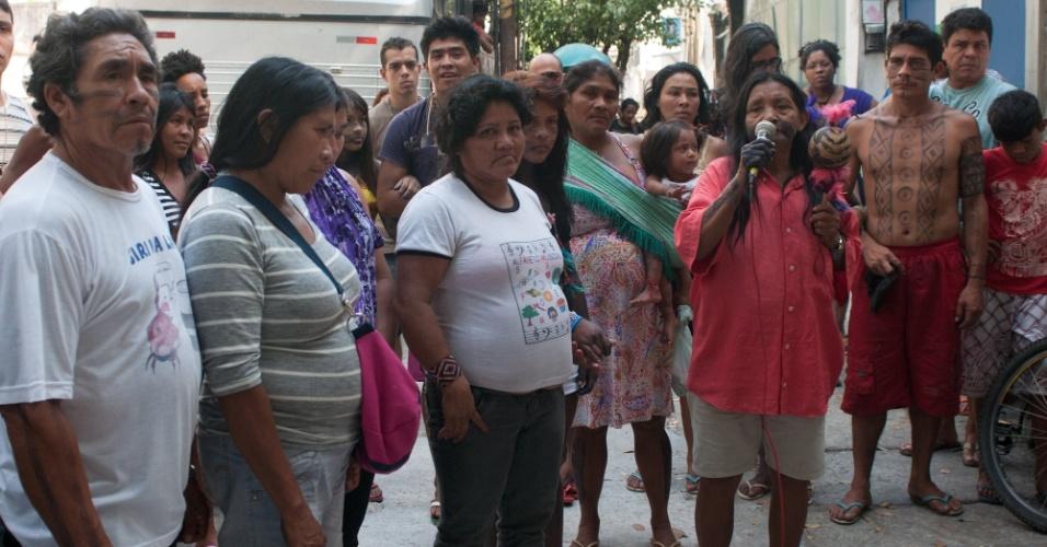28.out.2012 - Grupo de indígenas protesta contra a situação dos índios guarani-kaiowá no Mato Grosso do Sul. A manifestação ocorreu em frente ao museu do Índio, no Rio de Janeiro