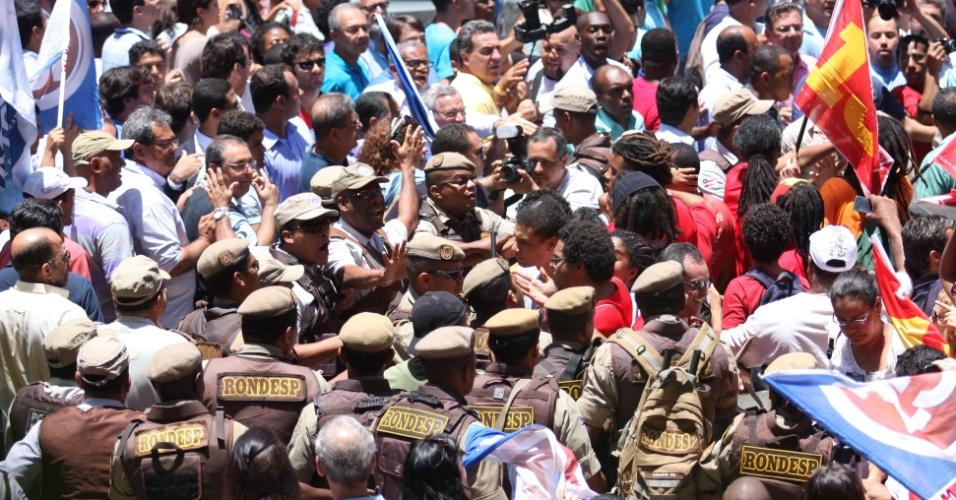 28.out.2012 - Militantes do PT e do DEM entram em confronto na Universidade Federal da Bahia (UFBA), local de votação do candidato ACM Neto, em Salvador. A polícia teve que intervir