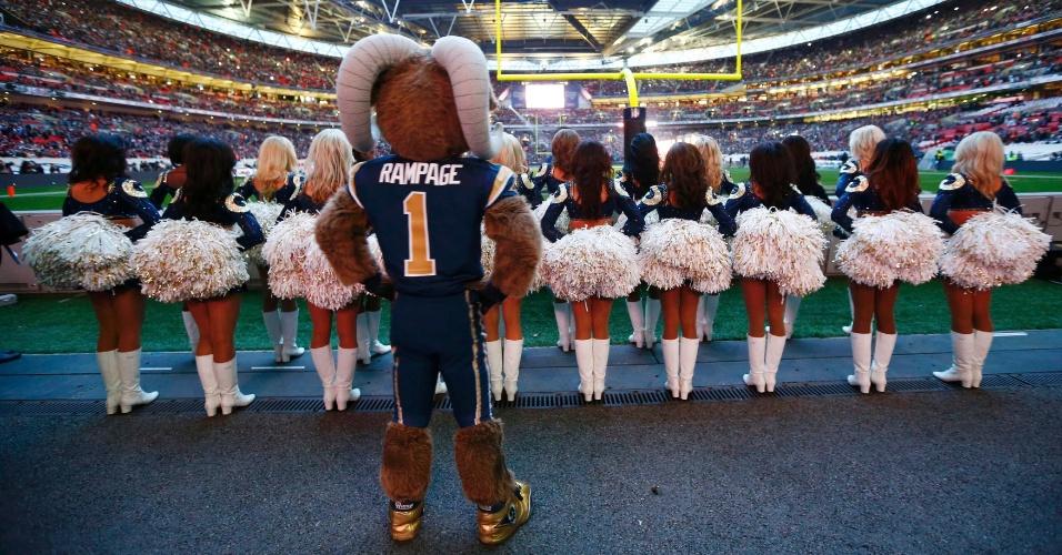 Cheerleaders fazem apresentação em jogo do St. Louis Ram contra o New England Patriots em Wembley, na Inglaterra(28/10/2012)