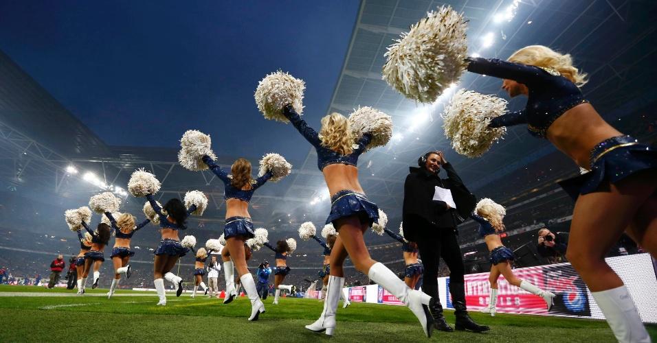 Cherleaders entram no campo de Wembley antes  jogo da NFL (28/10/2012)