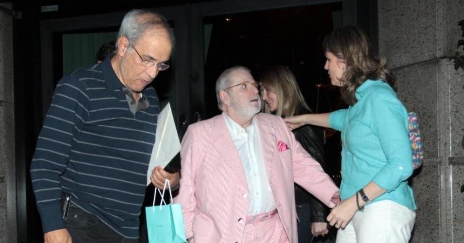 Jô Soares usa terno rosa para ir a restaurante em São Paulo