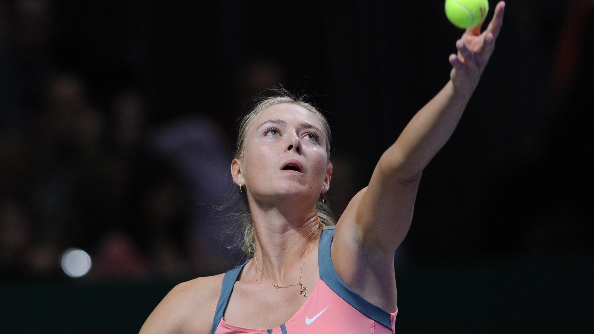 Sharapova prepara saque na final do Masters de Istambul