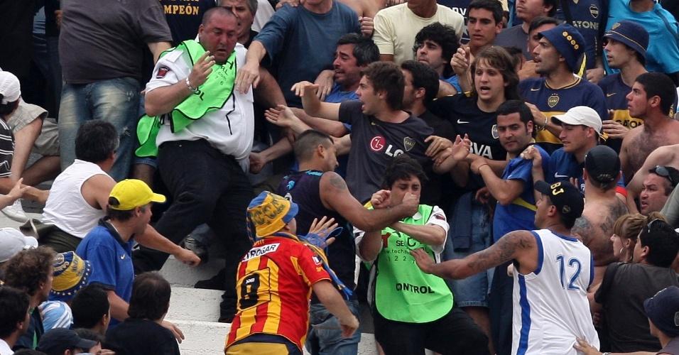 Torcedores do Boca Juniors atacam seguranças (de verde) durante a partida contra o River Plate, pelo Argentino (28/10/2012)