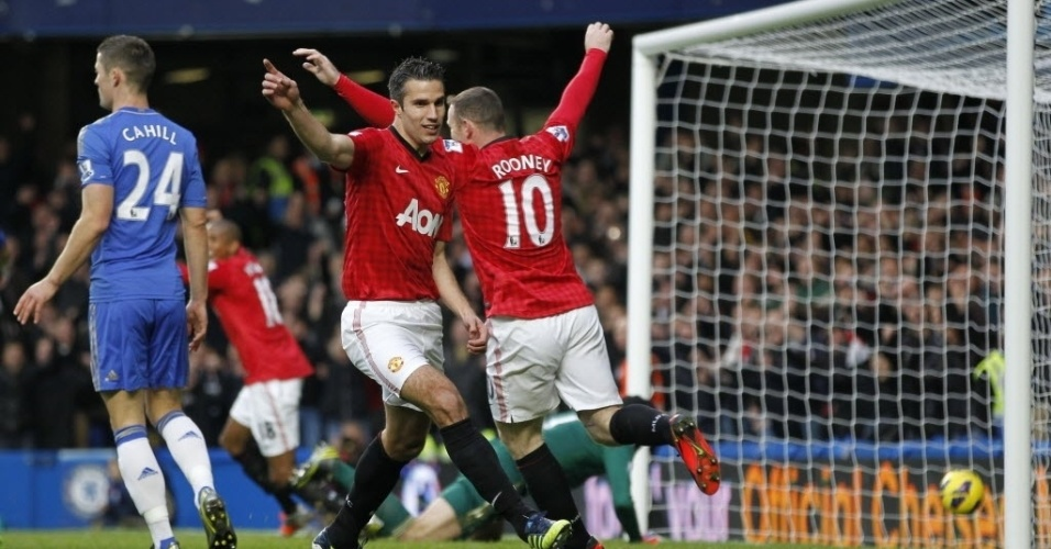 Van Persie e jogadores do Manchester United comemoram após o brasileiro David Luiz, do Chelsea, fazer um gol contra no clássico do Campeonato Inglês