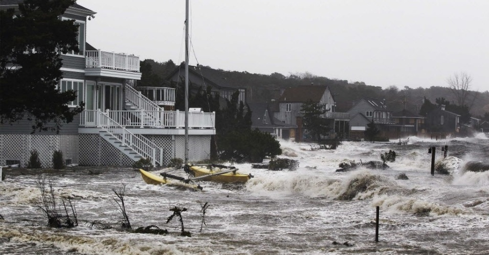 29.out.2012 - Águas invadem área residencial em Southampton, nos Estados Unidos. As cidades da costa leste do país já sofrem com chuvas e ventos fortes. O fenômeno pode afetar cerca de 60 milhões de pessoas, afirmou a empresa United States National Grid, que fornece energia aos Estados Unidos