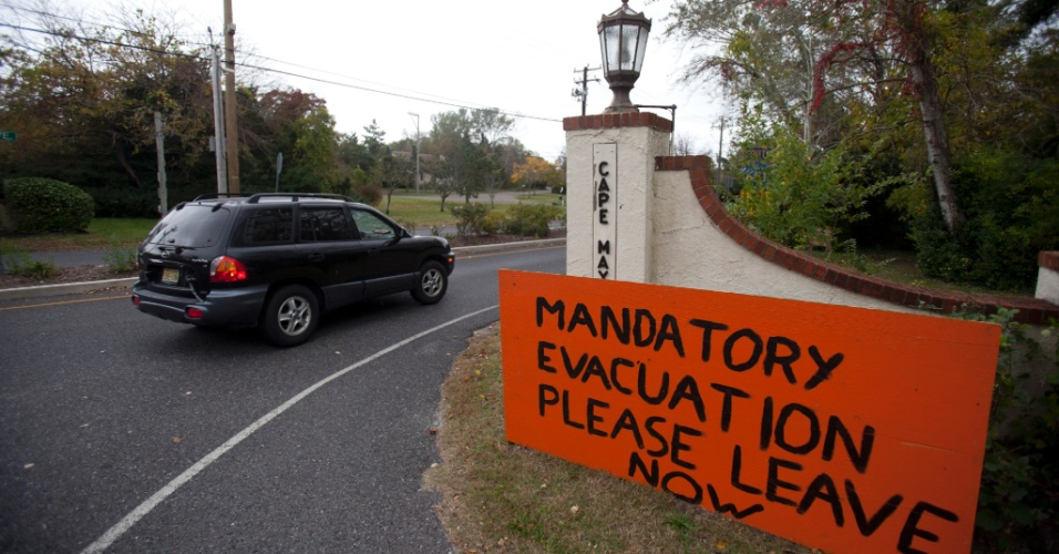29.out.2012 -Placa alerta moradores de Cape May, em Nova Jersey, para deixarem suas casas imediatamente com a aproximação do furacão Sandy