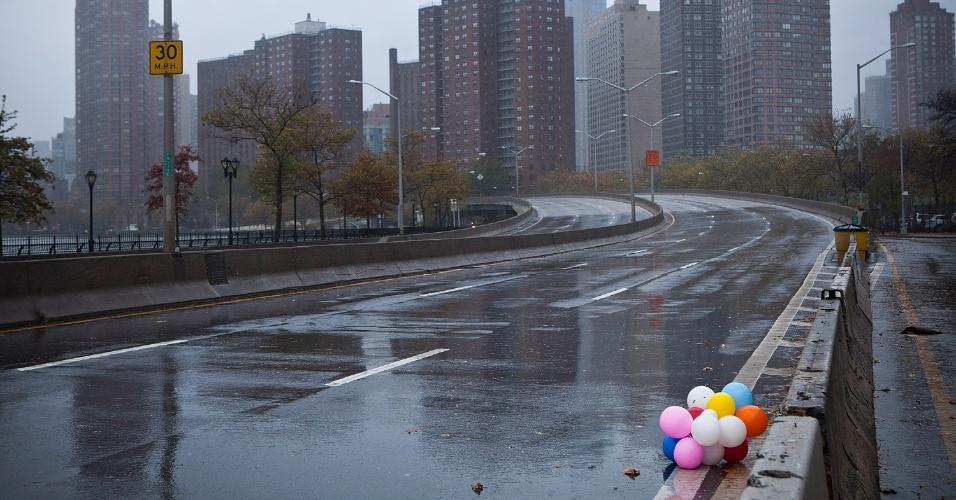 29.out.2012 - Balões coloridos ficam esquecidos em rua fechada para veículos em Nova York, nesta segunda-feira (29). Nova York e suas imediações registram as primeiras consequências da passagem do furacão Sandy pela costa leste dos Estados Unidos. Red Hook, no Brooklin, Battery Park, no sul de Manhattan, e Suffolk Country, em Long Island, são alguns distritos onde há ocorrência de inundações