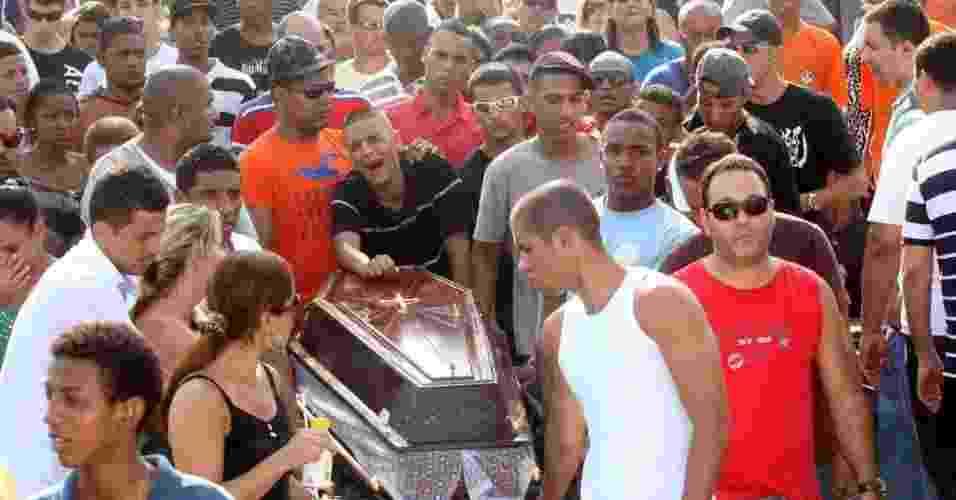 29.out.2012 - Corpo de Rafael Costa é enterrado no cemitério de Irajá, na zona norte do Rio de Janeiro. Rafael, 17, foi morto por um policial militar que confudiu o estouro do pneu do carro da vítima com tiros. O policial foi autuado por homicídio doloso - Zulmair Rocha/UOL