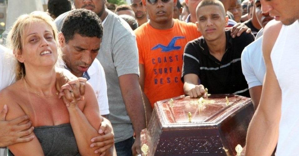 29.out.2012 - Corpo de Rafael Costa é enterrado no cemitério de Irajá, na zona norte do Rio de Janeiro. Rafael, 17, foi morto por um policial militar que confudiu o estouro do pneu do carro da vítima com tiros. O policial foi autuado por homicídio doloso