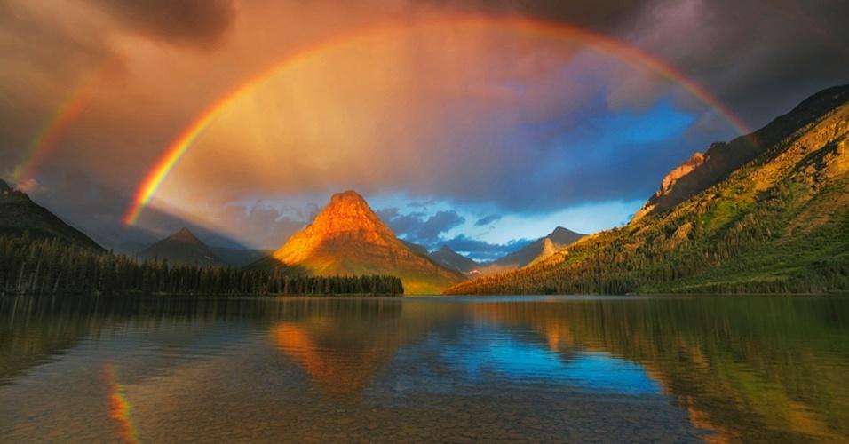 """29.out.2012 - Depois de uma noite chuvosa no Parque Nacional Glacier, na América do Norte, as tormentas dão lugar a um arco-íris. O fotógrafo alemão Frank Krahmer conta que foi """"um dos momentos mais mágicos que já viveu"""""""