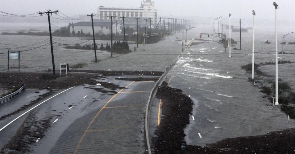 29.out.2012 - Estrada da região de Atlanta, nos Estados Unidos, é invadida por águas vindas de uma baía próxima, durante a aproximação do furacão Sandy. As cidades da costa leste do país já sofrem com chuvas e ventos fortes. O furacão pode afetar cerca de 60 milhões de pessoas, afirmou a empresa United States National Grid, que fornece energia aos Estados Unidos