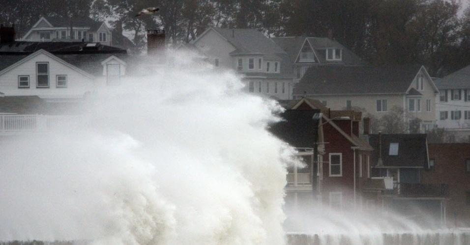 29.out.2012 - Ondas arrebentam contra rodovia durante a aproximação do furacão Sandy. As cidades da costa leste do país já sofrem com chuvas e ventos fortes. O furacão pode afetar cerca de 60 milhões de pessoas, afirmou a empresa United States National Grid, que fornece energia aos Estados Unidos