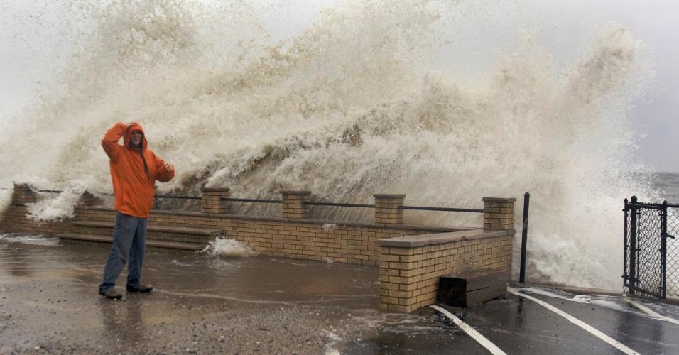 29.out.2012 - Ondas estouram na costa de Milford com a chegada do furacão Sandy nos Estados Unidos, nesta segunda-feira (29)