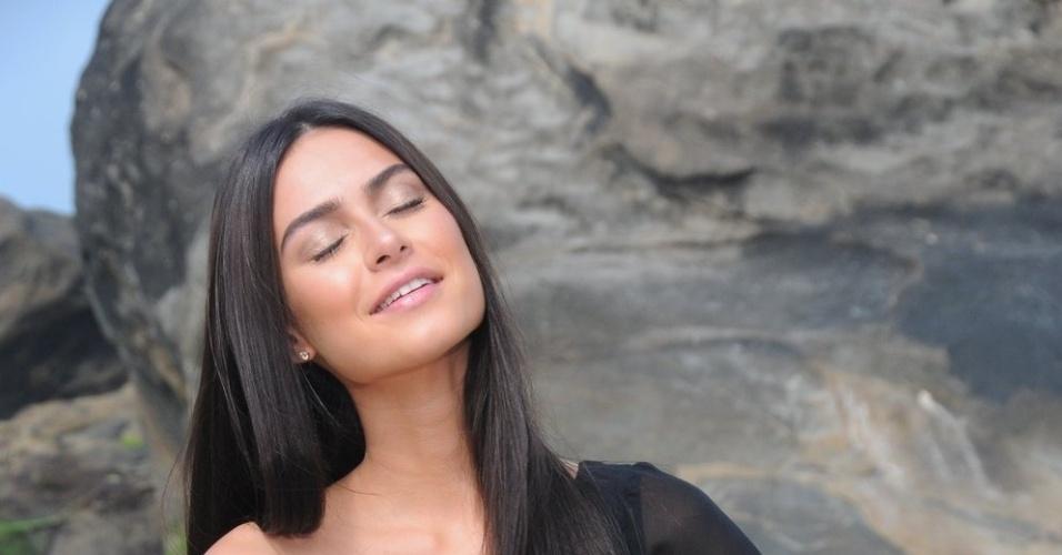 A atriz Thaila Ayala fotografou para a campanha de uma marca de cosméticos na praia do Grumari, zona oeste do Rio (29/10/12). Durante entrevista, ela contou que tem mais de cem pares de biquíni e que estará no filme