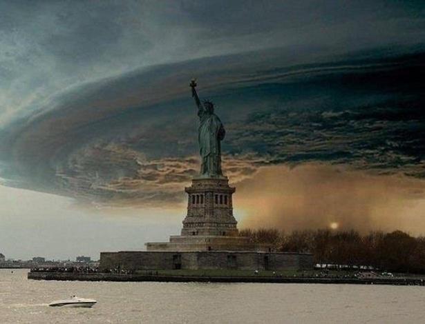 A foto impressiona e é até bonita, mas se trata de uma montagem feita com a Estátua da Liberdade e uma foto de uma nuvem de tempestade chamada de ''super-célula'' (capazes de gerar tornados), tirada pelo fotógrafo Mike Hollingshead em Nebraska, EUA, no ano de 2008