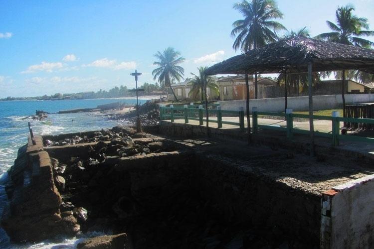 A praia é dividida em dois lados: o direito é mais deserto e o esquerdo tem mais opções para os turistas
