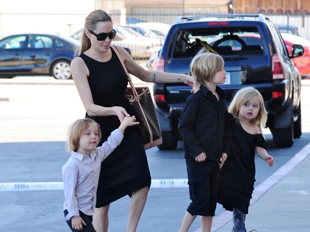 Angelina Jolie leva a filha mais velha Shiloh e os gêmeos Knox e Vivienne para comprar fantasias de Halloween, em Hollywood (29/10/12)