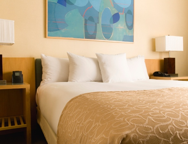 Para deixar a cama arrumada, com cara de quarto de hotel, basta seguir as dicas das dobras no lençol - Getty Images
