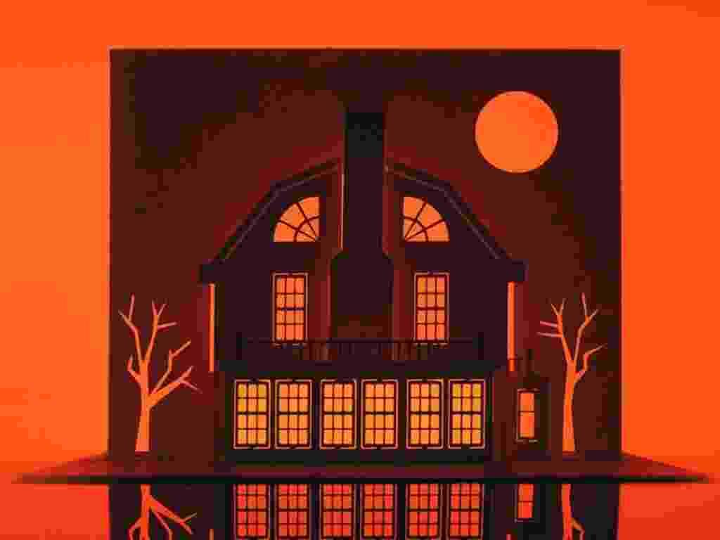 """Casa de """"Terror em Amytville"""" recortada pelo artista gráfico inglês Marc Hagan-Guirey na série """"Horrorgami""""  - Divulgação"""