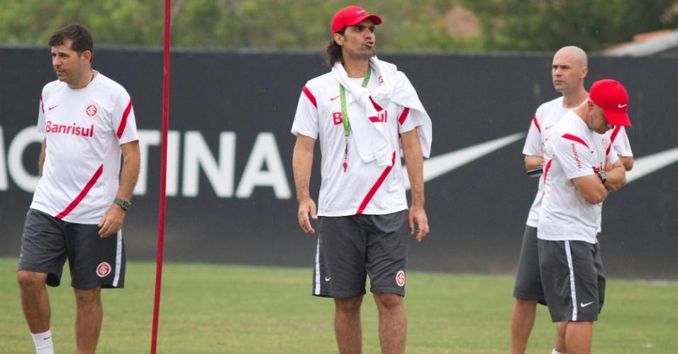 Cercado de membros da comissão técnica, Fernandão orienta jogadores do Inter durante treino