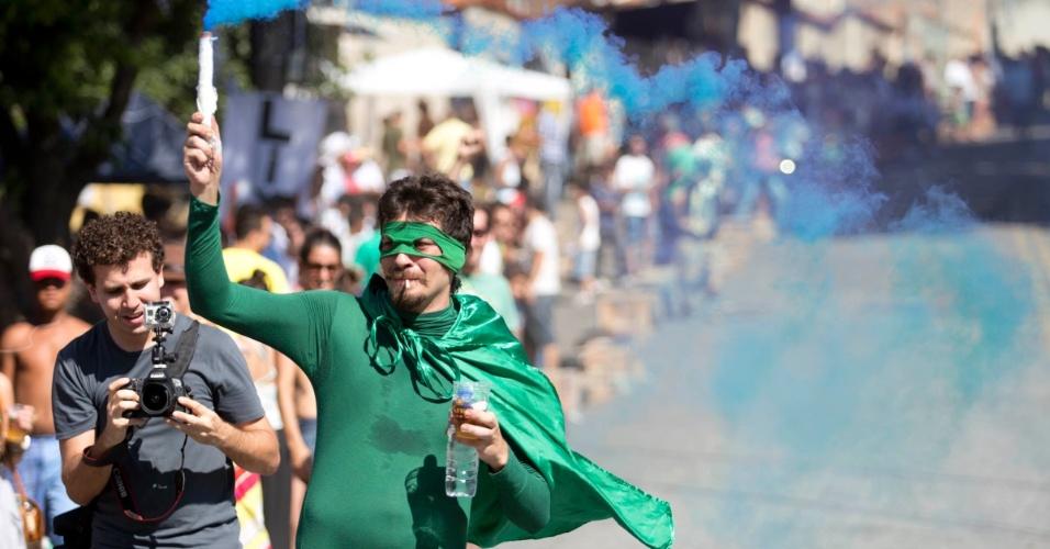 """Competidor comemora após participar do campeonato de descida de ladeira e manobras em carrinhos de rolimã na ladeira da rua Magi, na Zona Oeste de Belo Horizonte, no último sábado (27/10/2012). O evento, chamado de """"Mundialito de Rolimã do Abacate"""", teve o objetivo de incentivar a diversão nas ruas da capital mineira."""