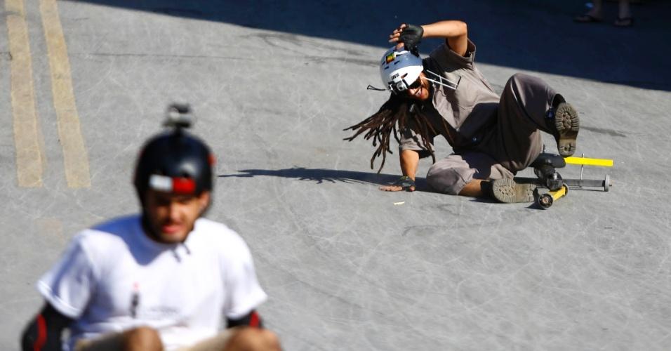"""Competidores participam do campeonato de descida de ladeira e manobras em carrinhos de rolimã na ladeira da rua Magi, na Zona Oeste de Belo Horizonte, no último sábado (27/10/2012). O evento, chamado de """"Mundialito de Rolimã do Abacate"""", teve o objetivo de incentivar a diversão nas ruas da capital mineira."""