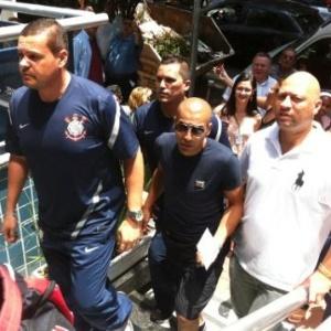 Emerson Sheik chega ao Graac para pagar pena imposta pelo STJD (29/10/2012)