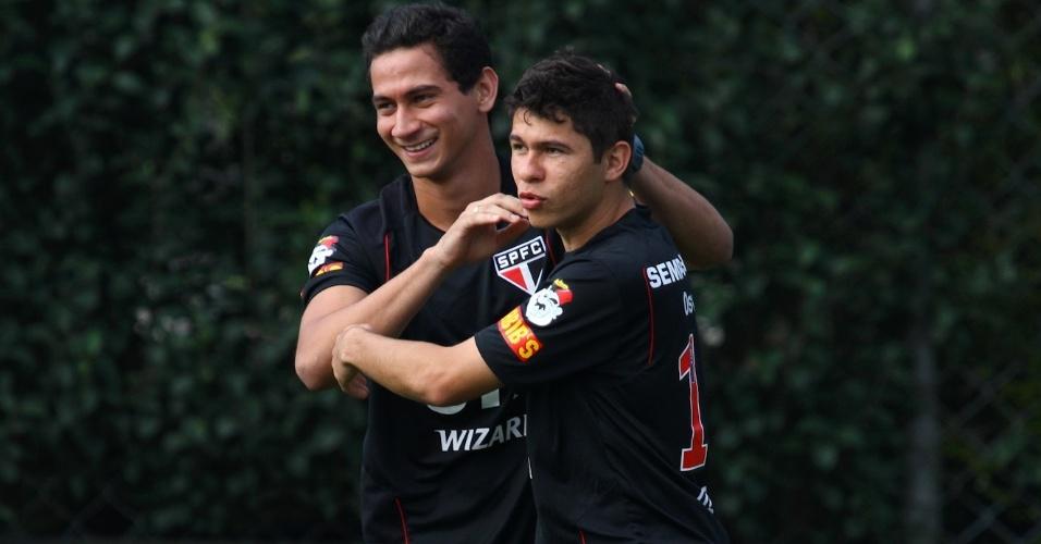 Ganso e Osvaldo brincam durante treino do São Paulo (29/10/2012)