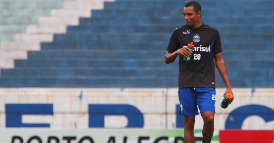 Gilberto Silva caminha e se hidrata durante treino do Grêmio, em Porto Alegre
