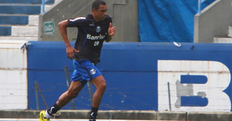 Gilberto Silva, volante do Grêmio, realiza trabalho físico durante treino da equipe em Porto Alegre
