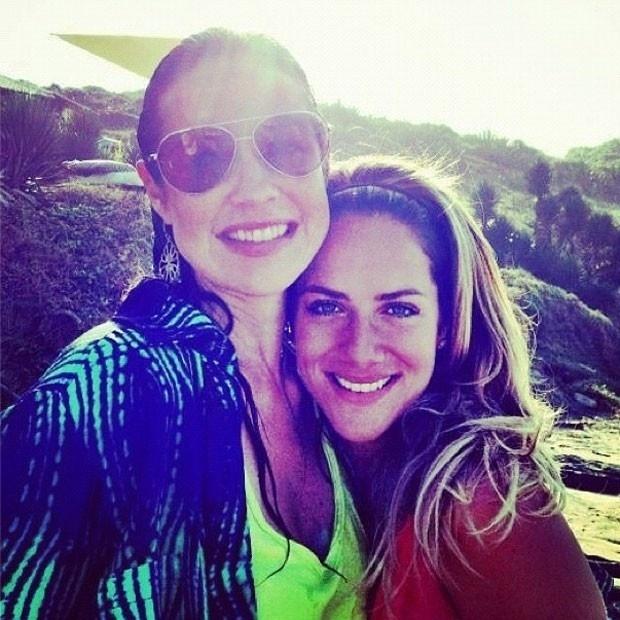 Giovanna Ewbank divulga imagem abraçando Luana Piovani (29/10/2012)