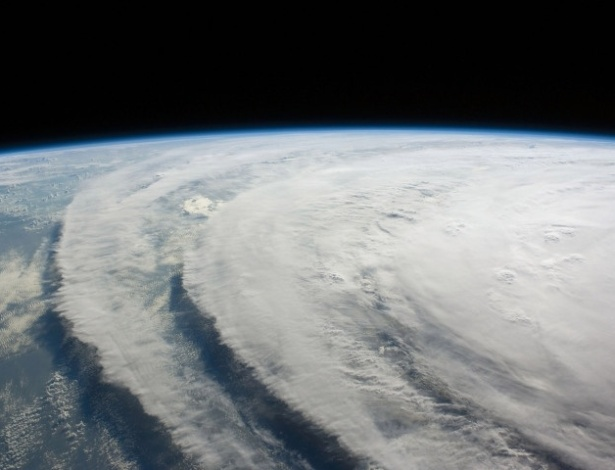 Impressionante, a imagem acima mostra um furacão. Mas não o Sandy. É do furacão Ike, que atingiu os Texas, nos Estados Unidos, em 2008. Veja em MAIS fotos reais do furacão Sandy