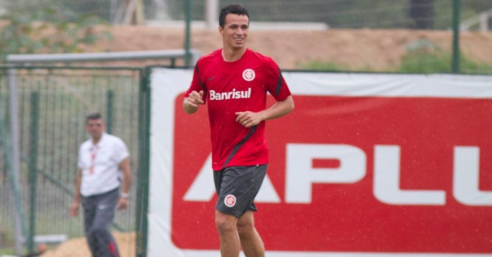 Leandro Damião corre sorridente durante treinamento do Internacional em Porto Alegre