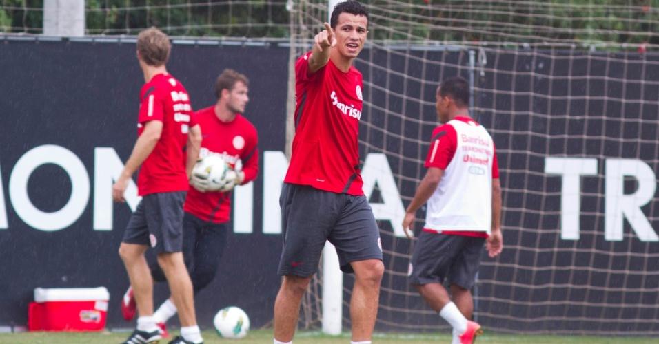 Leandro Damião gesticula com companheiros durante treino do Internacional, em Porto Alegre