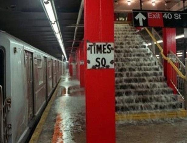 Mais uma foto que vai e vem na internet a cada vez que chega um furacão nos Estados Unidos. Segundo o site ''Village Voice'', trata-se de uma imagem antiga -- usada em 2011 como se fosse do furacão Irene -- tirada durante o rompimento de uma adutora em Nova York. Mais uma foto falsa sobre o furacão Sandy. Veja em MAIS fotos reais do furacão